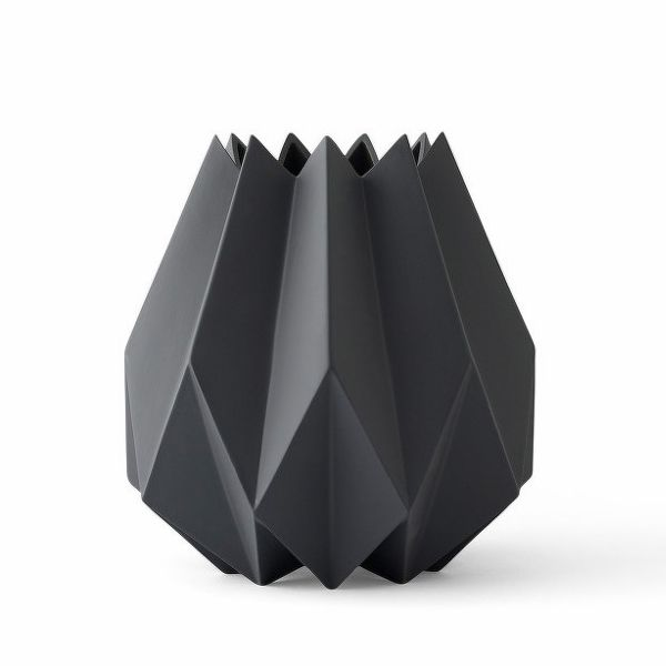 Designová váza Folded Vase, Tall od Menu Carbon | BUYDESIGN